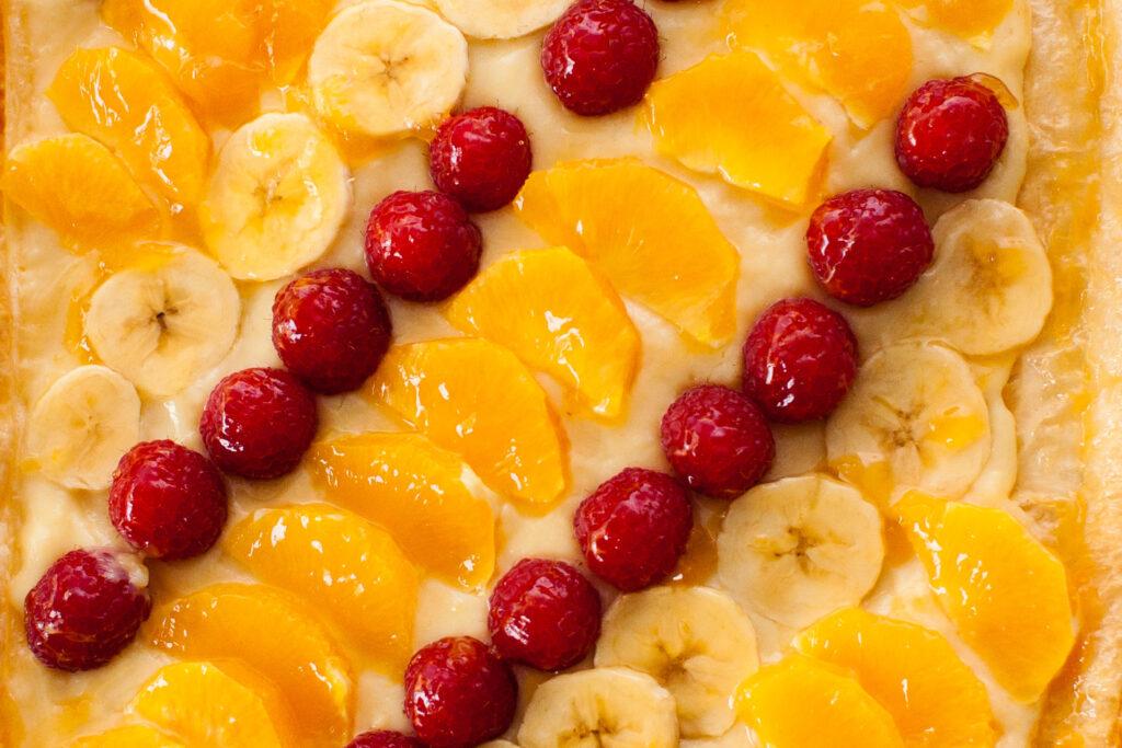 Vista cenital de la tarta de hojaldre con frutas frescas