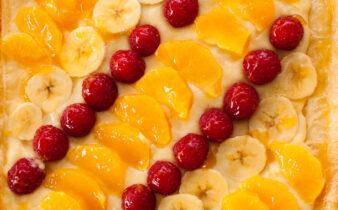 Vista cenital de la tarta de frutas frescas