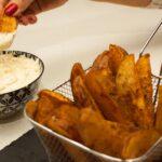 mojando en salsa las patatas deluxe